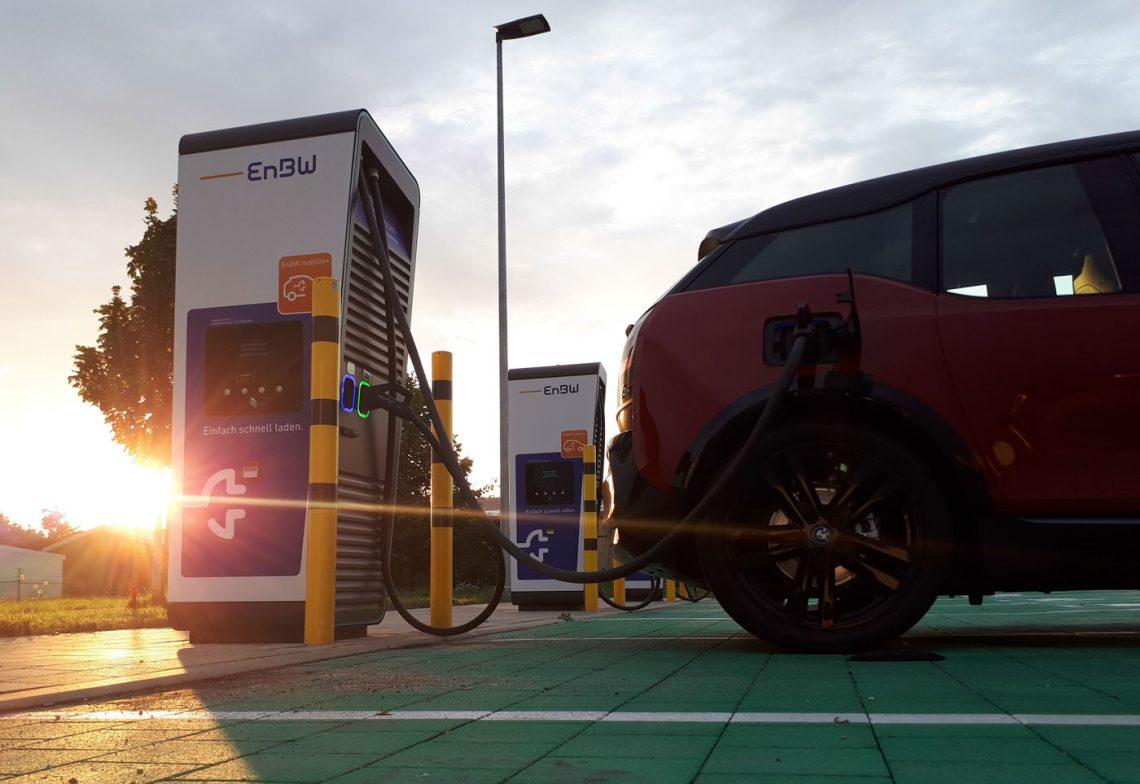 BMW i3s beim Laden an einer High-Power-Charger