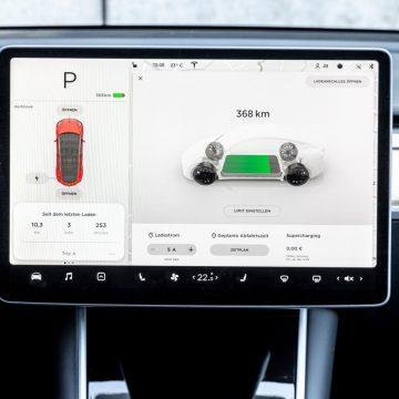 Tesla Model Y Performance   Zentraldisplay